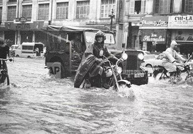 Acquy xe nâng - Những hình ảnh Sài Gòn xưa cũng ngập nước, kẹt xe